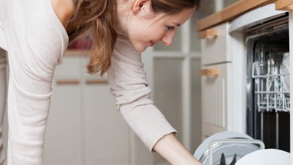 Vedeli ste, kedy sa objavila prvá umývačka riadu?